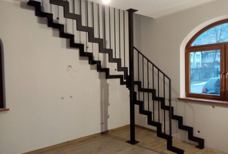 Drewniane schody na konstrukcji stalowej