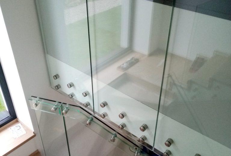 Balustrady, szklana ściana, pochwyty