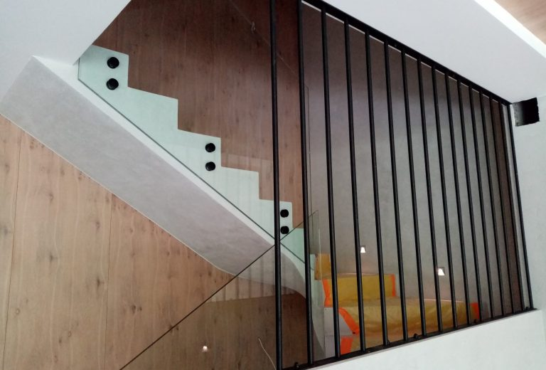 Balustrada szklana, malowana proszkowo